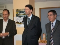 Le Dr Bola (à gauche), chef du service de rhumatologie avec le directeur général du CH de Cannes (au centre)